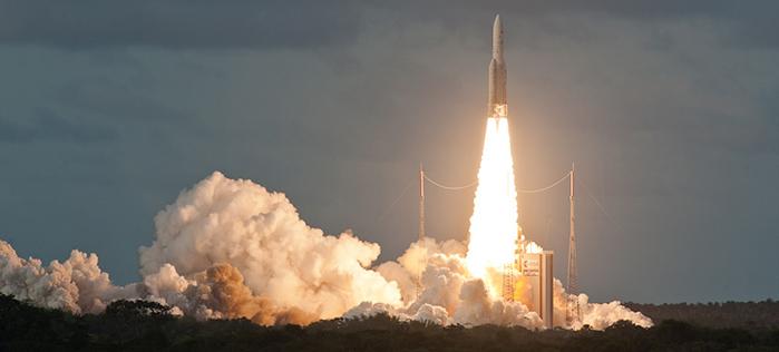 Eine Ariane 5 Rakete kurz nach dem Start